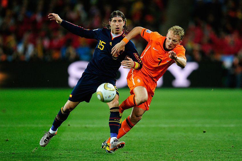 Dirk Kuyt, într-un duel cu Sergio Ramos