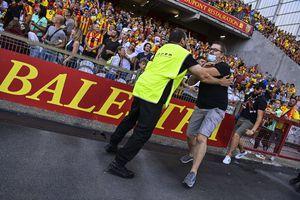 Bătaie generală la meciul campioanei din Ligue 1! Fanii au făcut prăpăd » Poliția, pe gazon