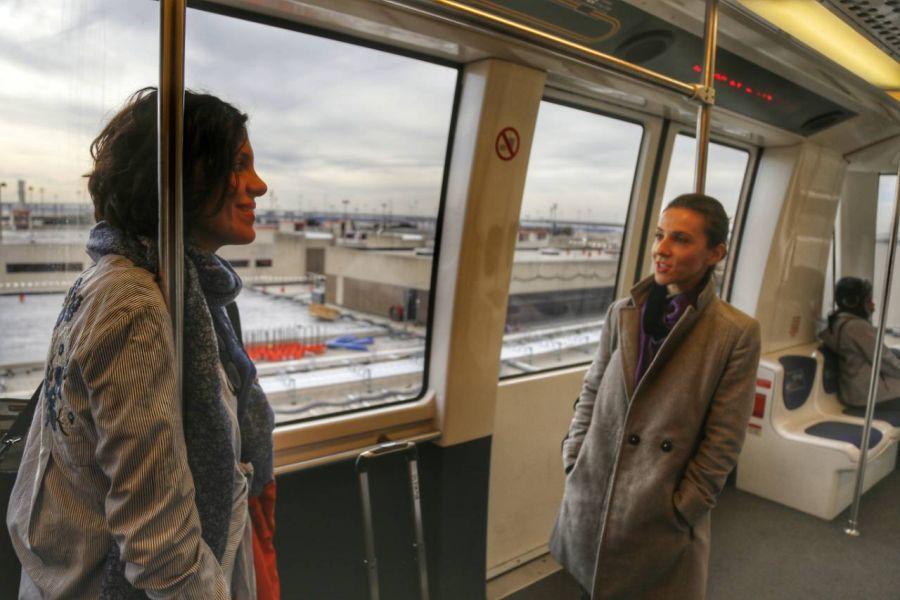 Andreea Răducan alături de jurnalista Denisa Morariu-Tamaș într-unul din drumurile făcute împreună (foto: Paradigma Film)