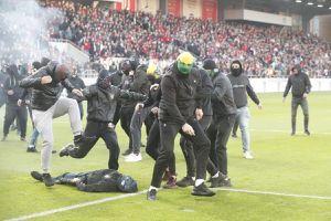 Violență extremă la derby-ul Slovaciei » Ultrașii s-au bătut cu sălbăticie! Loviți până n-au mai mișcat!