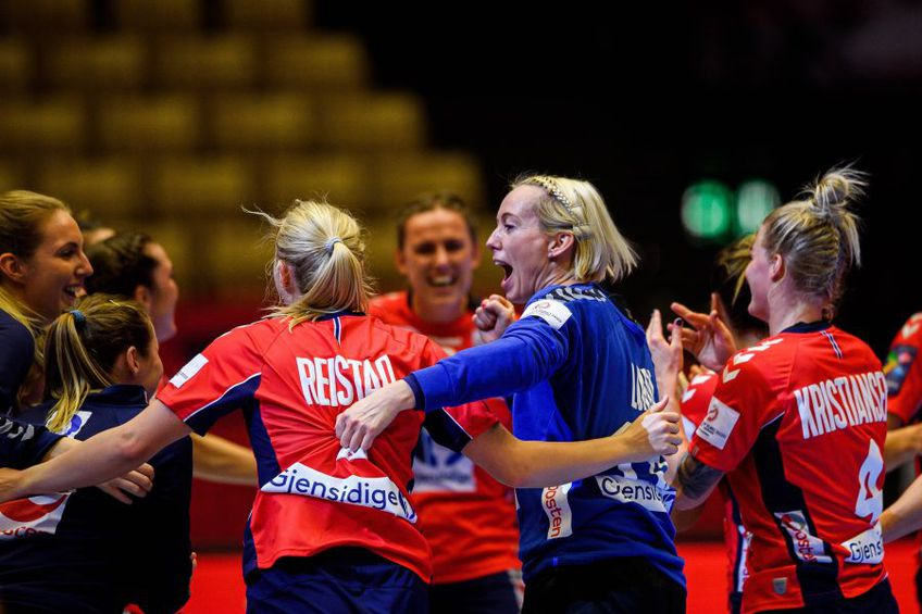 Semifinalele Campionatului European de handbal feminin au loc astăzi. Franța și Croația se înfruntă de la ora 19:00, iar Norvegia și Danemarca de la ora 21:30. Ambele partide pot fi urmărite în format liveSCORE pe GSP.ro.