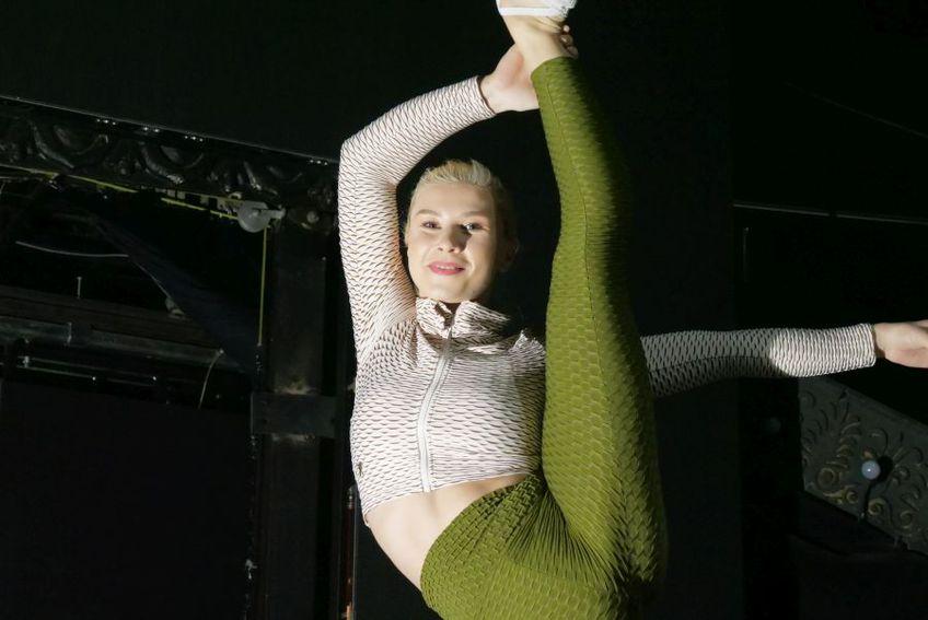 Amelia se folosește de abilitățile de fostă gimnastă pentru a face spectacol la Circul Metropolitan FOTO Bogdan Sorocan