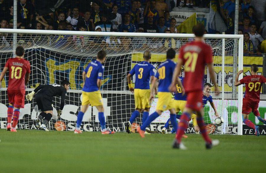 Momentul în care Stefan Nikolic a restabilit egalitatea pe Ilie Oană, în partida Petrolul - Steaua 1-2