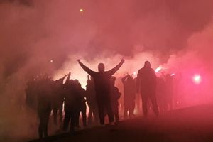 Atmosferă încinsă la Craiova » Torțe și fumigene aprinse în fața stadionului
