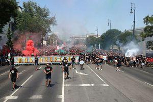 Franța, bine ai venit în infern! Ultrașii maghiari, show INCENDIAR pe străzile din Budapesta