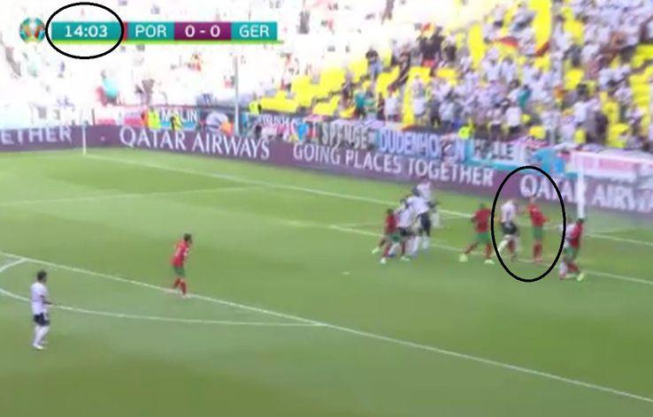 1. Cristiano Ronaldo respinge din propriu careu // foto: captură PRO TV