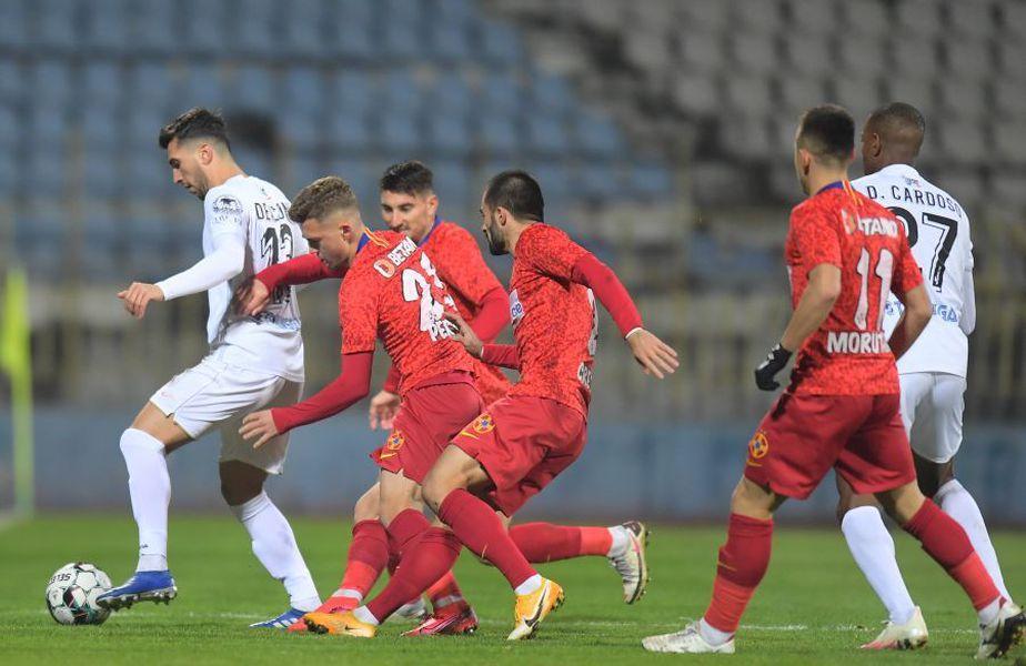 Ronaldo Deaconu (jucătorul în echipament alb din partea stângă) și Dumitru Cardoso (jucătorul în echipament alb din partea dreaptă)