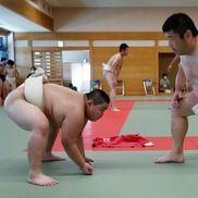 Kyuta Kumagai se antrenează alături de antrenorul său, Shinichi Taira, un fost sumo profesionist. // Foto: Reuters