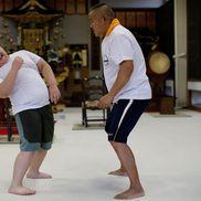 Kyuta se antrenează și cu tatăl său, Taisuke, aici în cadrul unui antrenament care a avut loc la un templu budist din Tokyo.  // Foto: Reuters
