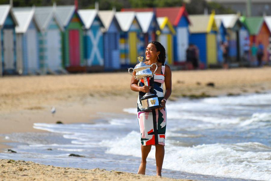 Naomi Osaka în 2019, pe plajele din Australia cu trofeul FOTO Guliver/GettyImages