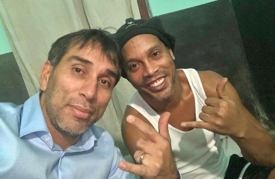 Ronaldinho (dreapta) în închisoarea din Paraguay