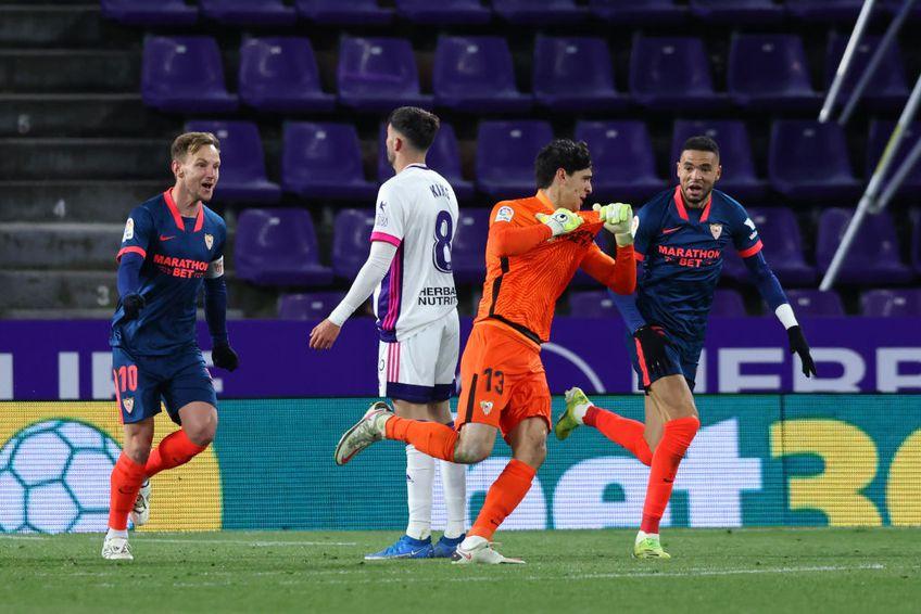 """Yassine Bounou """"Bono"""" (29 de ani), portarul celor de la Sevilla, a marcat golul egalizator în remiza cu Valladolid, scor 1-1."""