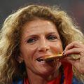 Constantina Diță mușcând din medalia de aur la festivitatea de premieră de la Beijing FOTO. Cristi Preda