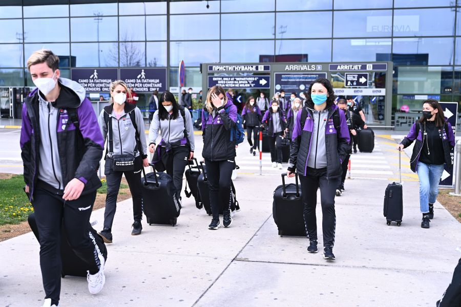 """""""Tricolorele"""" cărând bagajele pe aeroportul din Skopje"""