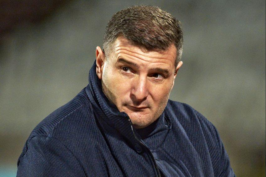 Laszlo Balint, antrenorul celor de la UTA, își felicită elevii după victoria obținută cu Dinamo în deplasare, 1-0. În sezonul regulat, arădenii se impuneau cu același scor în Ștefan cel Mare.