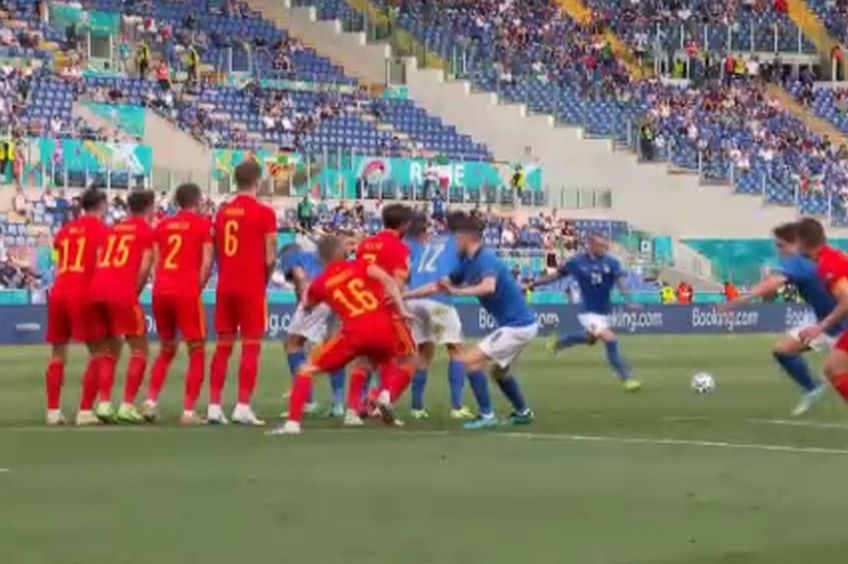 Schema italienilor la lovitura liberă a lui Bernardeschi // foto: captură PRO TV