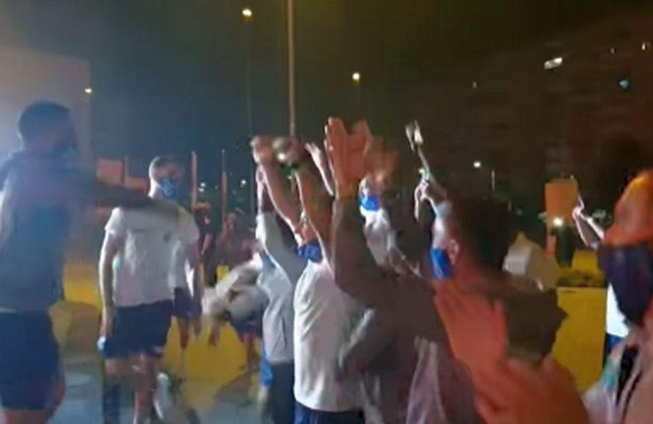 Fotbaliștii de la Craiova s-au bucurat alături de suporteri pentru victoria cu Botoșani, scor 2-0 // foto: captură Facebook @ Universitatea Craiova