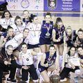 Poză cu trofeul pentru cea mai bună echipă din România FOTO FR Volei