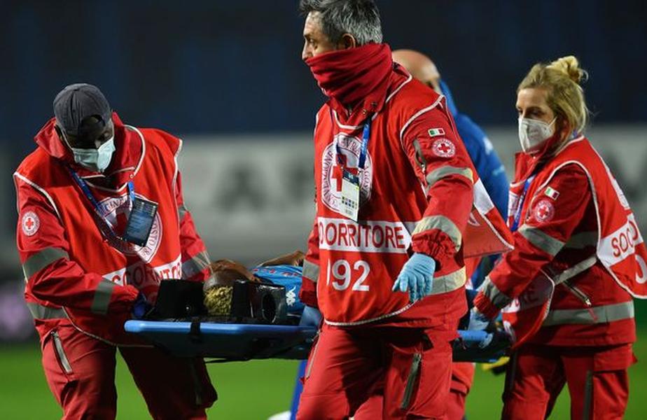 Victor Osimhen, 22 de ani, a fost luat cu salvarea și transportat de urgență la un spital din Bergamo. Atalanta a câștigat cu 4-2 în fața lui Napoli.