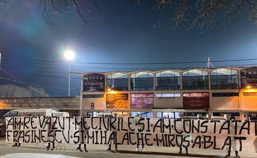 """""""Am revăzut meciurile și am constatat / Frăsinescu și Mihalache miros a blat"""" FOTO Facebook Ultras Iași"""