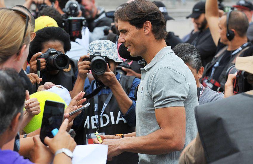 Rafael Nadal oferind autografe FOTO Guliver/GettyImages
