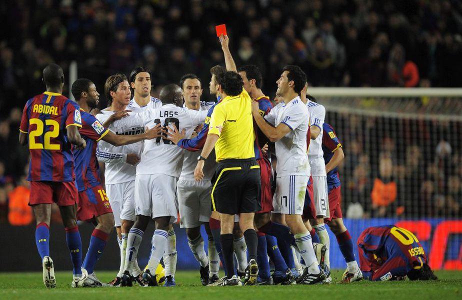 Centralul Eduardo Iturralde Gonzalez i-a acordat cartonașul roșu lui Sergio Ramos în timpul partidei Barcelona - Real Madrid 5-0 (29 noiembrie 2010) // Sursă foto Getty