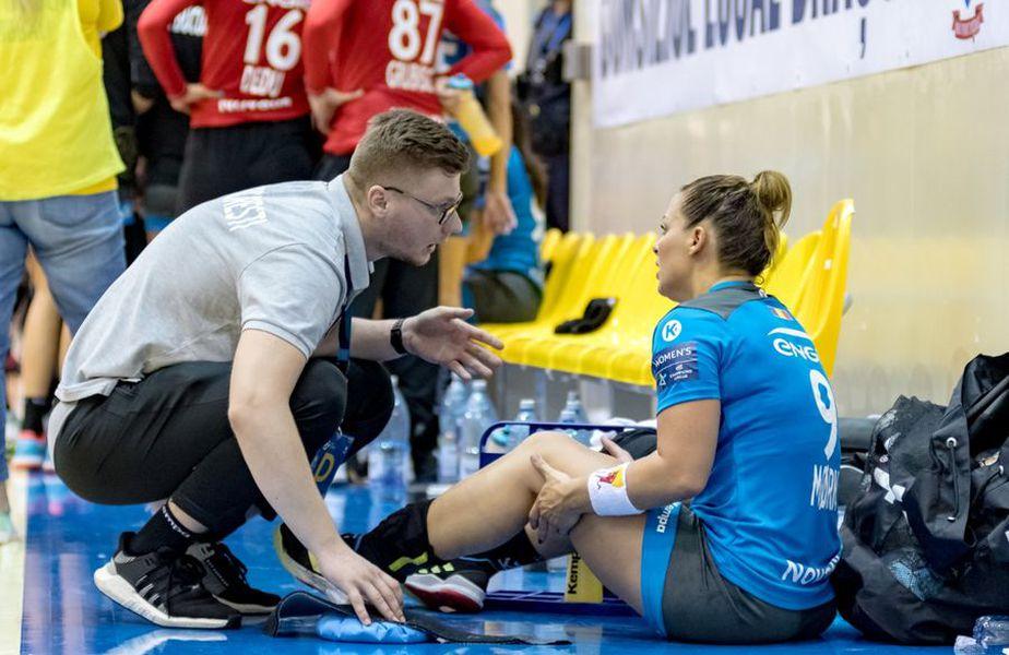 Nora vorbește cu maseorul Radu Șuță după accidentarea în Supercupă FOTO CSM București