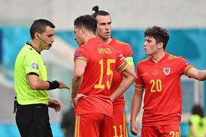 """Pițurcă a contestat decizia lui Hațegan din Italia - Țara Galilor: """"Ce facem? Rămânem fără echipe pe teren?!"""""""
