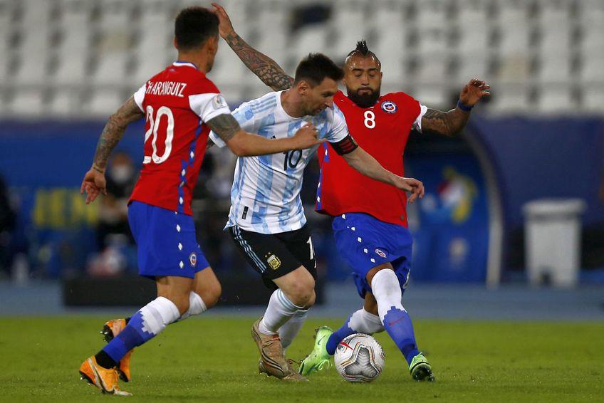 Arturo Vidal în duel cu Messi (FOTO: Guliver/Getty Images)