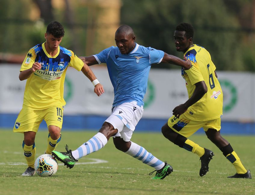"""Joseph Minala (24 de ani) este în tribunele arenei """"Ion Oblemenco"""" la partida dintre CS Universitatea Craiova și Gaz Metan Mediaș. Mijlocașul camerunez ar fi aproape de un transfer în Bănie."""