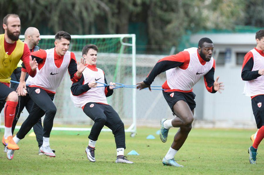 Tîrcoveanu încearcă să-l frâneze pe Gnohere. Imagine de la antrenamentele lui Dinamo