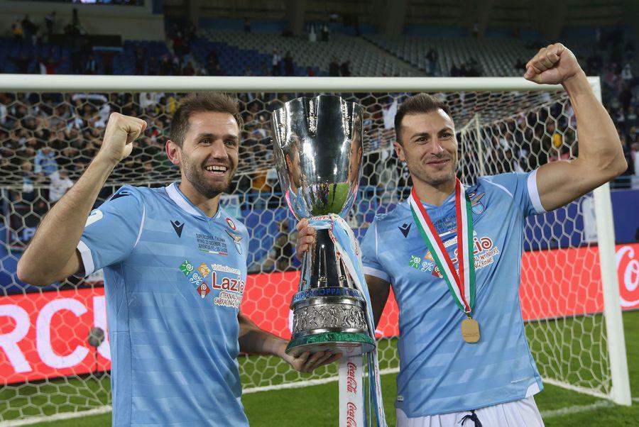 Ștefan Radu și bosniacul Senad Lulici, după Supercupa Italiei cucerită pe 22 decembrie 2019 (3-1 cu Juventus) FOTO Guliver/GettyImages
