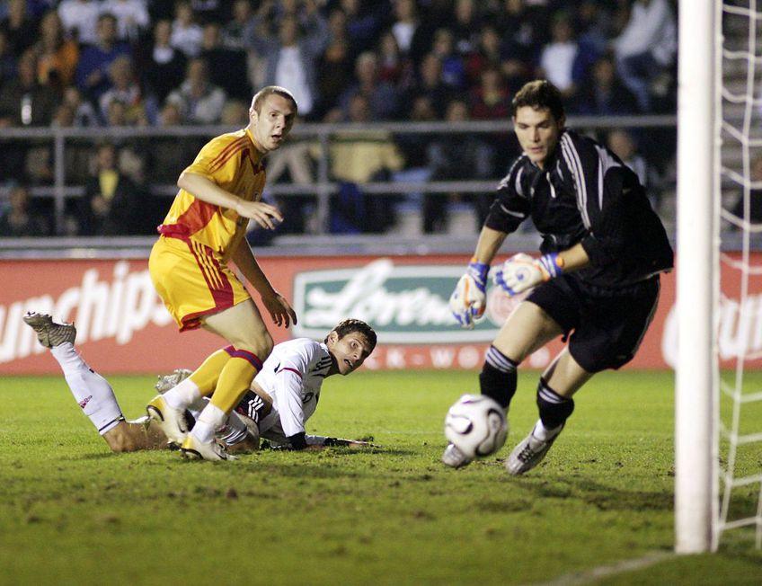Cosmin Moți și Mihai Mincă încercând să oprească mingea lui Mario Gomez, într-un Germania U21 - România U21 (5 septembrie 2006) / FOTO: GettyImages