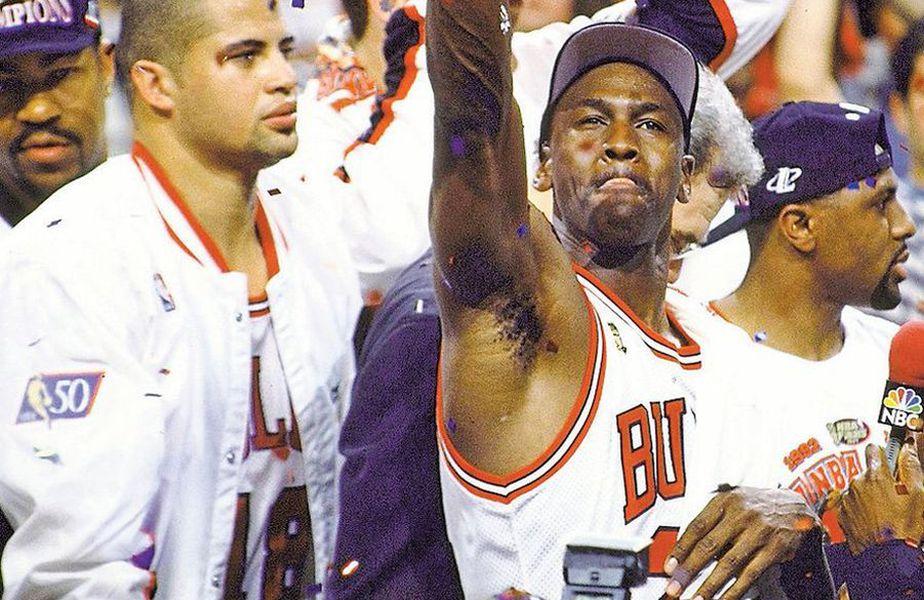 Această fotografie este definitorie pentru Bison Dele (stînga). Lîngă el, Michael Jordan se bucură ca un nebun pentru cel de-al cincilea titlul cucerit cu Bulls. Dele visează cu ochii deschiși la ce avea lumea de oferit, în afara gloriei din NBA