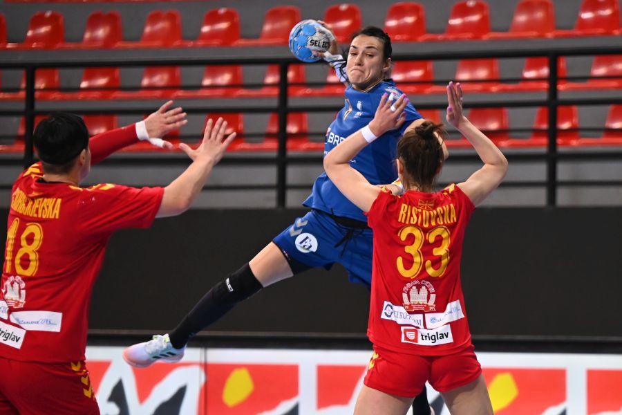 Cristina Neagu a marcat de două ori în meciul cu Macedonia de Nord de la Skopje FOTO Raed Krishan