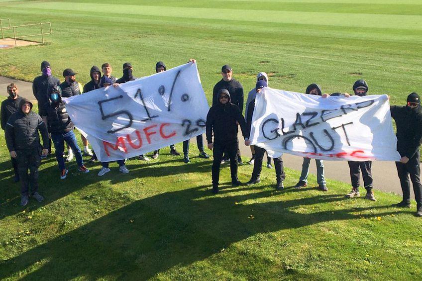 Fanii lui Manchester United, pe unul dintre terenurile bazei de pregătire de la Carrington // foto: Twitter @ Red Issue