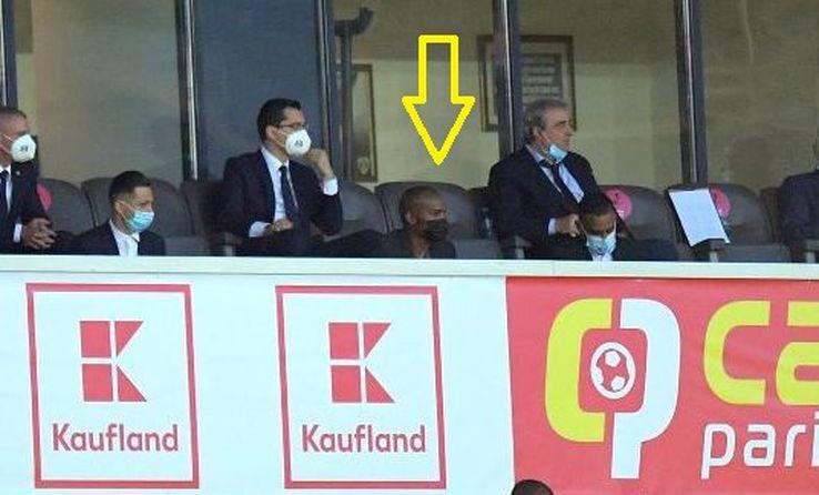Fostul internațional francez Florent Malouda (Ambasador UEFA), indicat de săgeată, asistă la meci. A venit în România pentru a ține un discurs la Academia Națională de Fotbal FOTO: Raed Krishan
