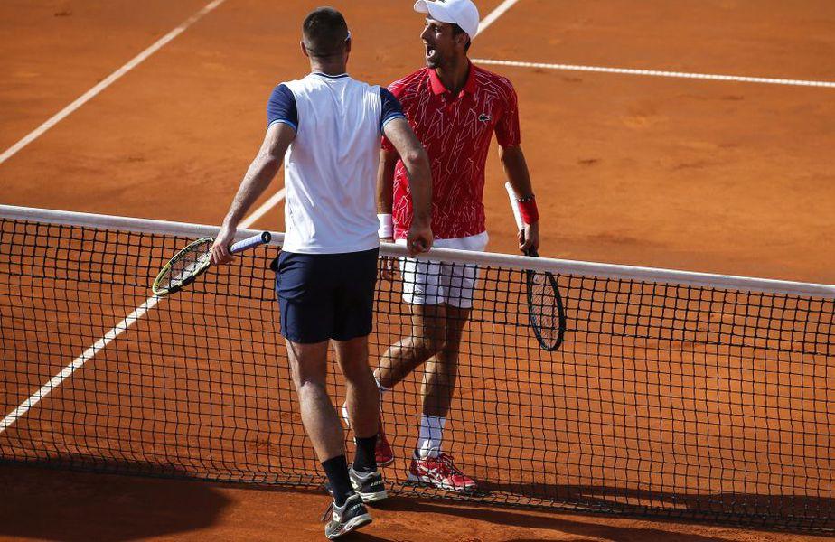 Victor Troicki (cu spatele) și Novak Djokovici, pe teren la Adria Tour, în Belgrad // Foto: Getty Images