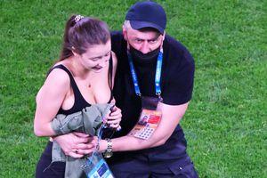 FOTO Imaginile de senzație de la EURO: ce mesaj avea pe tricou fana care a intrat pe teren