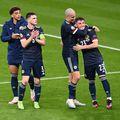 Gilmour, în dreapta imaginii, felicitat de colegi după meciul Anglia - Scoția