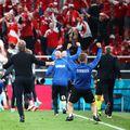 Fanii galezi nu își pot susține naționala la optimea de finală cu Danemarca. Nici suporterii nordici nu sunt bine primiți la Amsterdam.