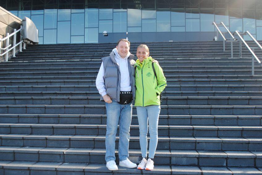 Soții Dragoslava și Zoran Mikes pozând în fața sălii din Sfântu Gheorghe FOTO Iulian Cuibar