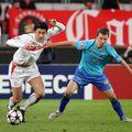Iulian Apostol (albastru), într-un meci dintre Stuttgart și Unirea Urziceni