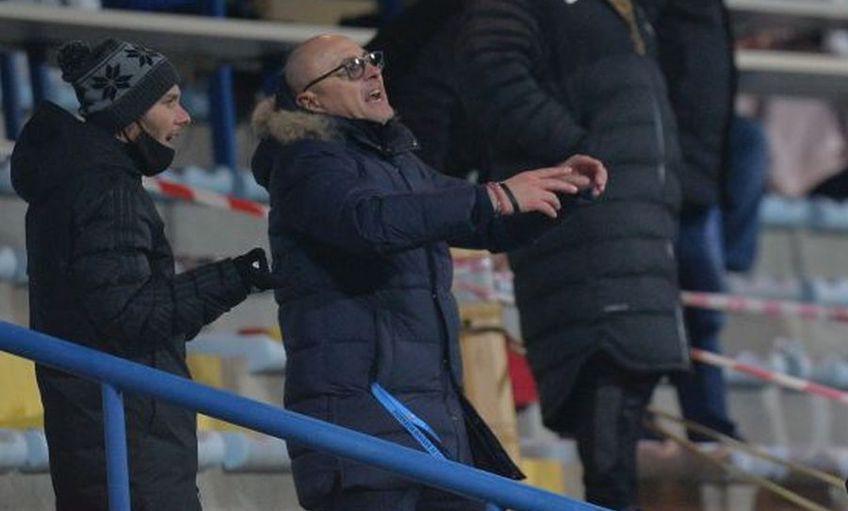Valentin Crețu (31 de ani), fundașul dreapta de la FCSB, a continuat schimbul de replici de la distanță cu Leo Grozavu (53), antrenorul lui Sepsi, și după finalul partidei de la Mogoșoaia, încheiată cu scorul de 1-1.