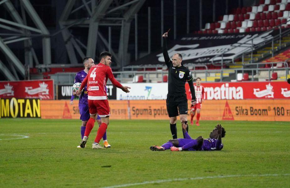"""În minutul 56 al meciului de la Arad, dintre UTA și FC Argeș, la scorul de 0-0, Alexandru Benga, stoperul gazdelor, a fost eliminat direct de """"centralul"""" Viorel Flueran."""