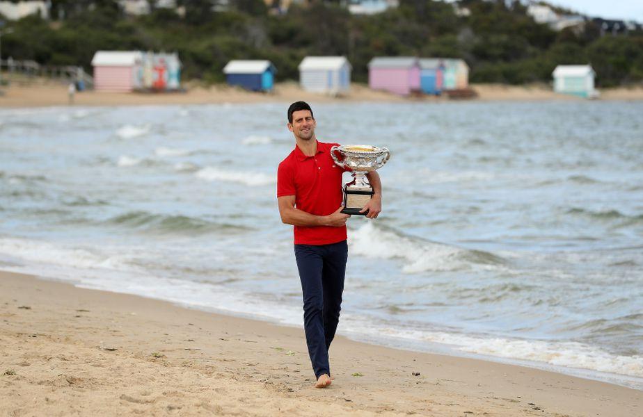 Novak Djokovici pozând cu trofeul Australian Open pe Brighton Beach FOTO Guliver/GettyImages