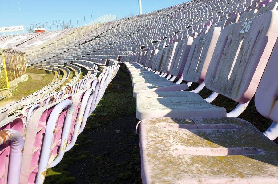"""Imaginile degradării pe stadionul """"Dan Păltinișanu"""""""