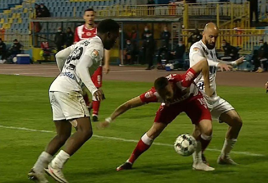 Arbitraj HORROR în Gaz Metan - Dinamo! Arbitrul n-a văzut TREI penalty-uri și a dat un ROȘU aiurea