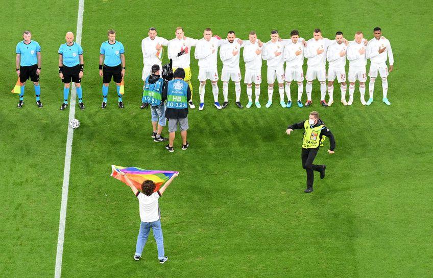 GERMANIA - UNGARIA. Un suporter a pătruns pe teren cu steagul LGBTQ în mână, chiar înaintea partidei.
