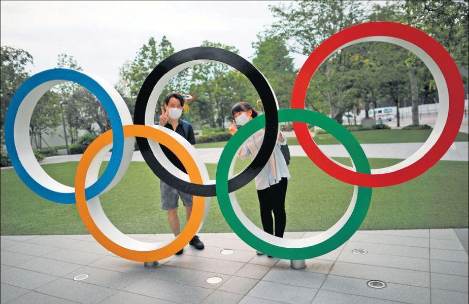 Vizitatori ai Muzeului Olimpic Japonez s-au fotografiat zâmbitori cu cercurile olimpice FOTO Reuters
